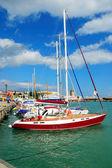 Jachty i łodzie w kolejce na przystani — Zdjęcie stockowe