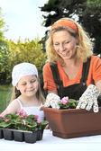 Moeder en dochter tuinieren — Stockfoto