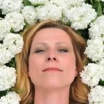 genç bir kadın çiçek döşeme — Stok fotoğraf