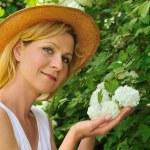 genç kadın Bahçe - kartopu — Stok fotoğraf