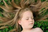 маленькая девочка загорать — Стоковое фото