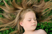 Little girl sunbathing — Stockfoto