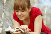 Reading in a spring park — Stock Photo