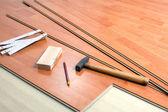 Ferramentas e piso de madeira — Foto Stock