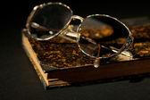 Vecchio libro con occhiali — Foto Stock