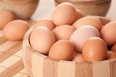 Jaja w drewniane miski — Zdjęcie stockowe