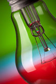 Detail der glühbirne auf farbigem hintergrund — Stockfoto