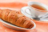 Cornetto e tè — Foto Stock
