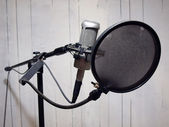 Studio vocal mic & grunge wall 2 — Stock Photo