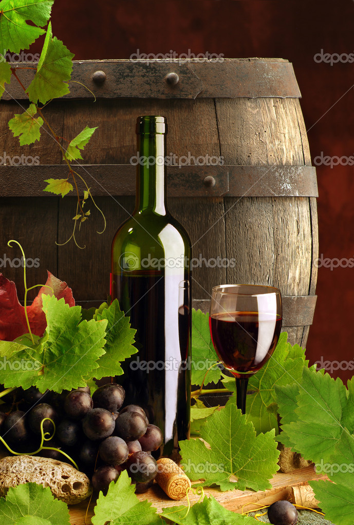 Composition of red wine with grapes, grapevine and old cask — Stock Photo #2224375