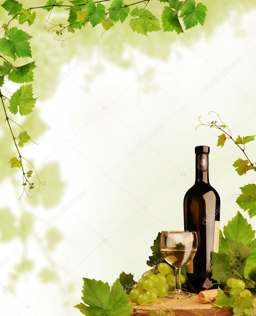 Wine bottle and glass with fresh grapes and grapevine framing with copy space — Foto Stock #2283791
