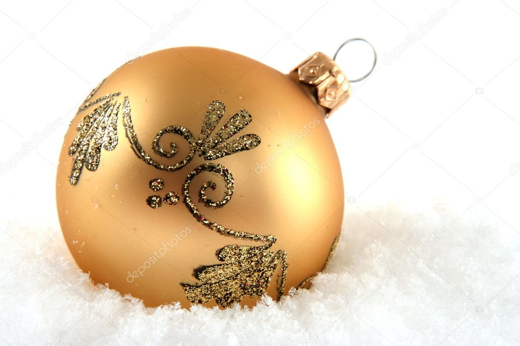 Golden bauble laying on snow — Stok fotoğraf #2297793