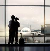 влюбленные в аэропорту — Стоковое фото