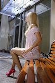 Hermosa mujer rubia en banco — Foto de Stock