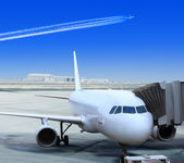 White liner at the airport — Stockfoto