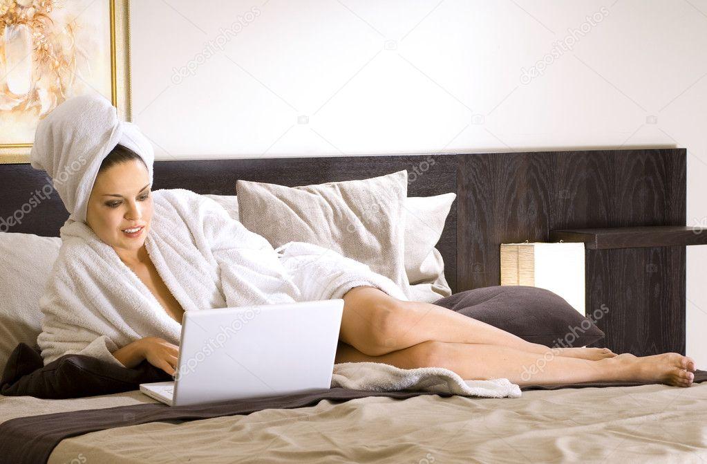 девушка в халате занимается фото