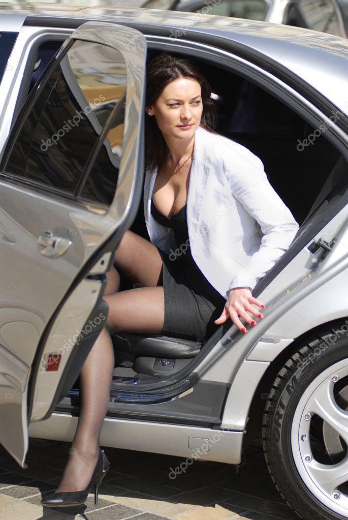 femme daffaires descendent de voiture photographie ssuaphoto 2484825. Black Bedroom Furniture Sets. Home Design Ideas