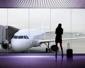 Silhouet van de vrouw op de luchthaven — Stockfoto