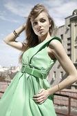 在绿色的时装模特 — 图库照片