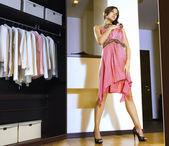 Donna si inserisce su un vestito — Foto Stock
