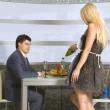 coppia corteggiamento e cameriera bionda — Foto Stock