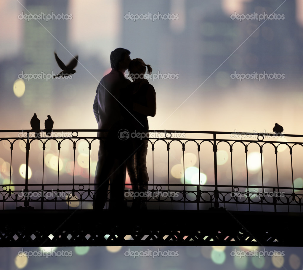 Silhouette of bridge and pair of lovers on city background — Photo #2656748