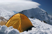 Tent in snow in high mountains — Stock Photo