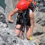 Young woman climbing the mountains — Stock Photo