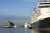 Cruise ships and containers — Stock Photo