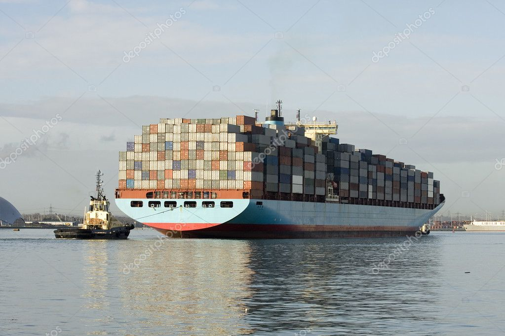 A container ship being guided into the port of Southampton, UK — Stock Photo #2485171