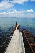 Viejo muelle oxidado en el agua — Foto de Stock