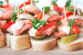 Canapés com peixe — Fotografia Stock
