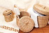 Canastas tejidas con accesorios de baño — Foto de Stock