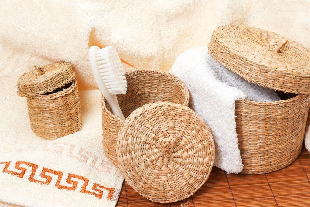geflochtene k rbe mit bad accessoires stockfoto 2433446. Black Bedroom Furniture Sets. Home Design Ideas
