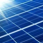 Solar panel met zonnestralen — Stockfoto