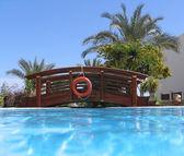 Pont au-dessus de la piscine — Photo