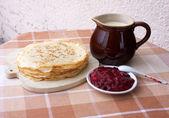 ミルクおよび果実のゼリーとブリニ — ストック写真