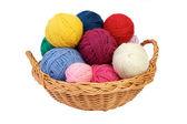 Fios de tricô colorido em uma cesta — Foto Stock