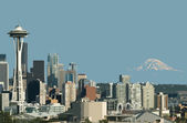 Seattle Space Needle and Mt. Rainier — Stock Photo