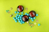 Braune perlen unter den kleinen perlen — Stockfoto