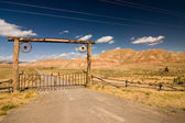 A gate and a fence in desert, wild west — Foto Stock