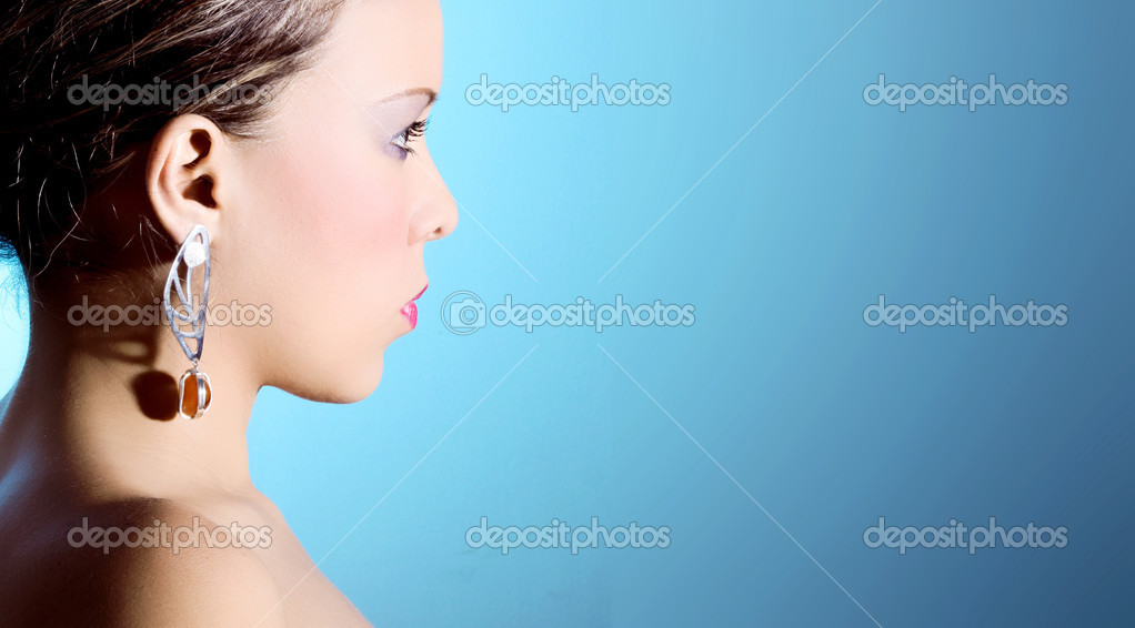Women looking to the horizon on a blue background — Stock Photo #2542460