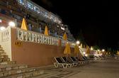 Přední řecká hotelu v noci — Stock fotografie