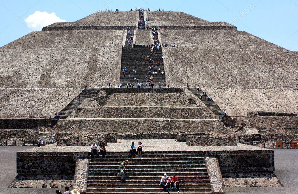 墨西哥太阳的巨型金字塔的前视图