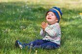 微笑在绿色草原上的小男孩 — 图库照片