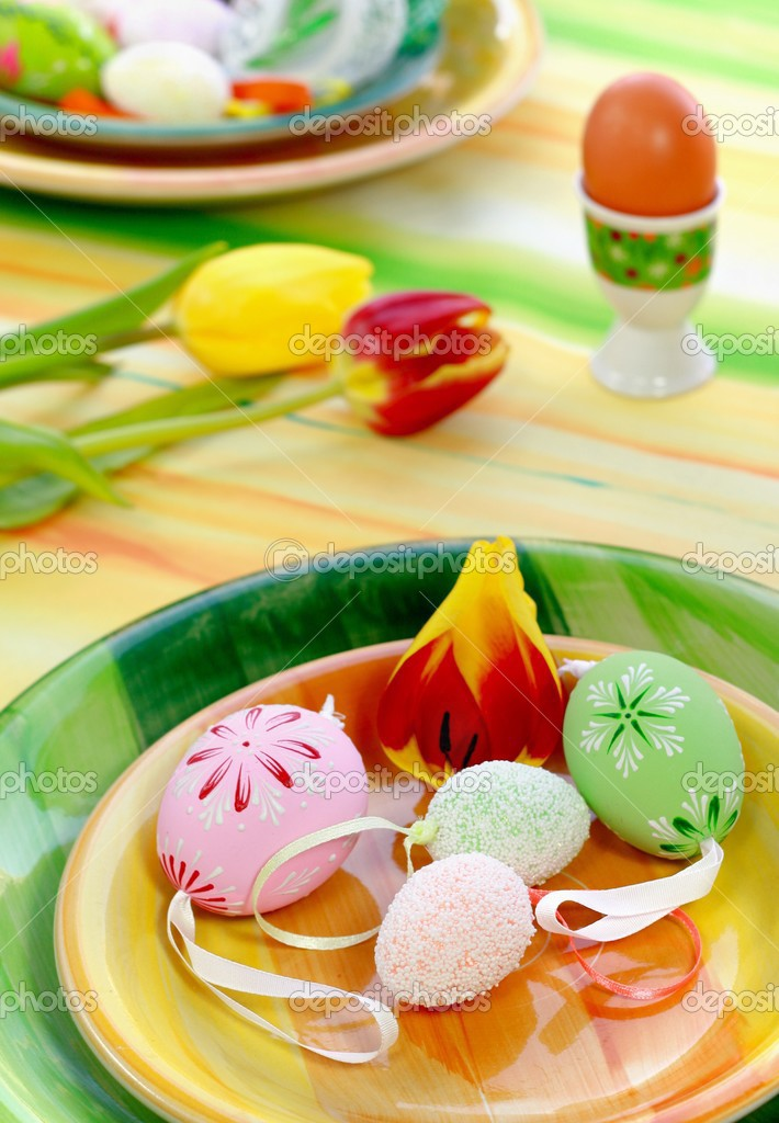 Table decoration for Easter with eggs and tulips — Stock Photo #2647517