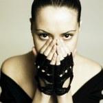 junge hübsche Frau mit Handschuhe — Stockfoto #2285515