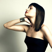 手镯的年轻时尚女人 — 图库照片