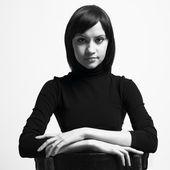 Mooie vrouw in zwarte jas — Stockfoto