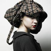 Jonge dame met hoed — Stockfoto